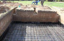 Подбетонка сначала, потом гидроизол, потом основная нижняя плита.