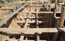 """Дополнительное усиление стенок опалубки, чтобы """"не выдавило"""" бетоном."""