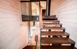 Лестница стекло, дерево и металл.