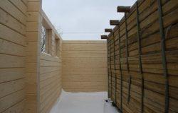 """На старом бруса вертикальные бруски сделаны для того, чтобы старые стены """"не разъезжались""""."""