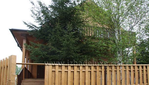 За деревьями не видно балкона второго этажа.