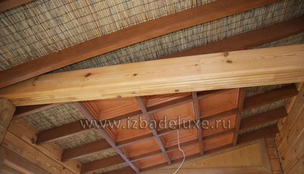 Арт- потолок дома сделан с использованием багета и тростниковых вставок.