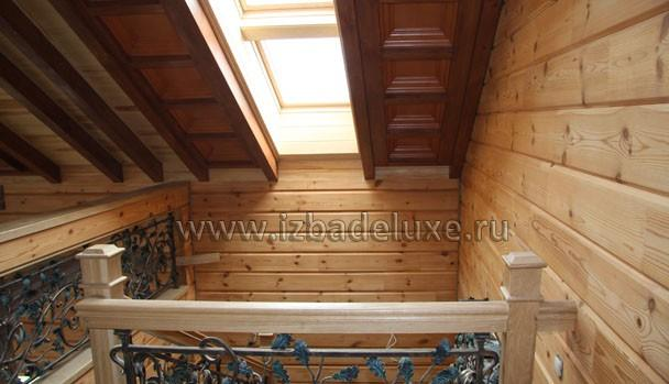 Кованые элементы лестницы не имеют аналогов, мансардное окно над лестницей.