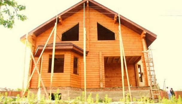 Готовим дом к покраске. Шлифовка, слой, шлифовка, грунтовка, два слоя лака.