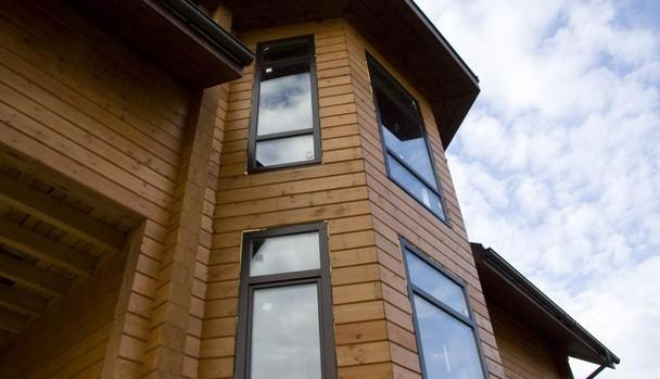 А вот и окна. Оконные блоки из сосны.