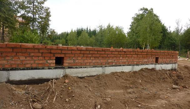 Фундамент плита, ростверк из кирпича, плита сверху.