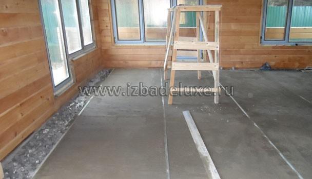 Почти весь первый этаж - плитка с теплыми полами. Хорошее решение, так как много песка наносится в дом с улицы.