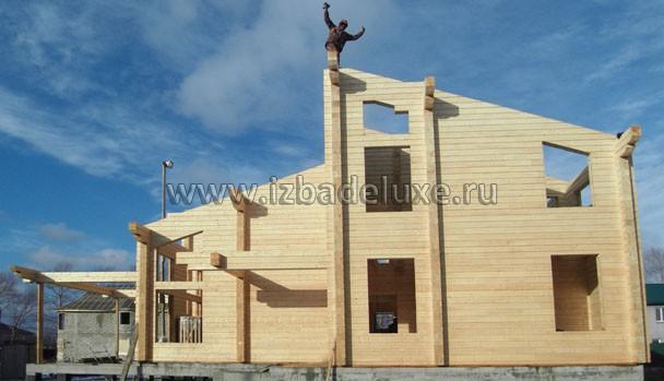 УРРРРА! Мы это сделали! Мы собрали первый дом на Сахалине! :) Фото человека-победителя с кувалдой в руке.
