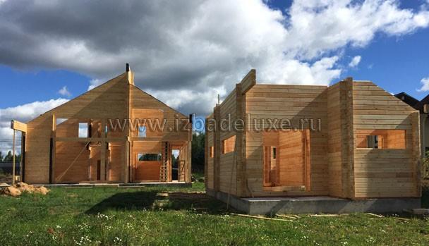 Два строения рядом. Дом и баня.