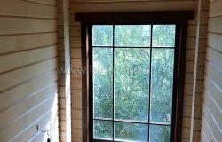Лестница на второй этаж. Красивое окно дает дневной свет.