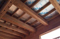 Потолки. Видимые интерьерные балки из лиственницы.
