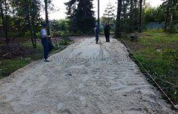 Поэтому на въезд укладываем плиты на песчаной подушке. В дальнейшем плиты можно будет использовать.