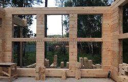 Окна гостиной. Перекрестный брус для стяжки стен на этапе монтажа.