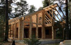 Выполнена из несущих клееных деревянных конструкций.