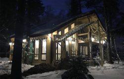 Несмотря на снег полезли сделать фото фасада. Уже красивый.