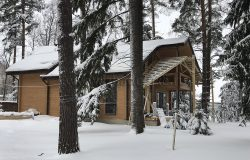 Лесной участок :) Дом в снегу...