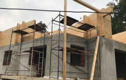 Второй этаж всегда сложнее собирать из-за высоты, на которую надо поднимать брус.