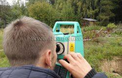 А эта маленькая зеленая штука - тахеометр. :) Стоит - более 500 000 рублей...