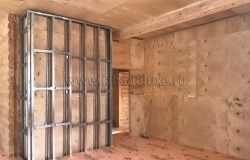 Сооружаем внутренние стены, которые по проекту выполняются в каркасе.