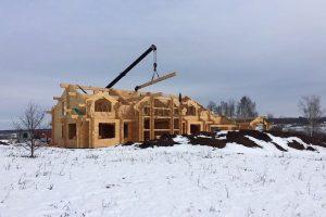 Продолжается сборка домокомплекта из комбинированного клееного бруса на объекте «Заокские просторы».