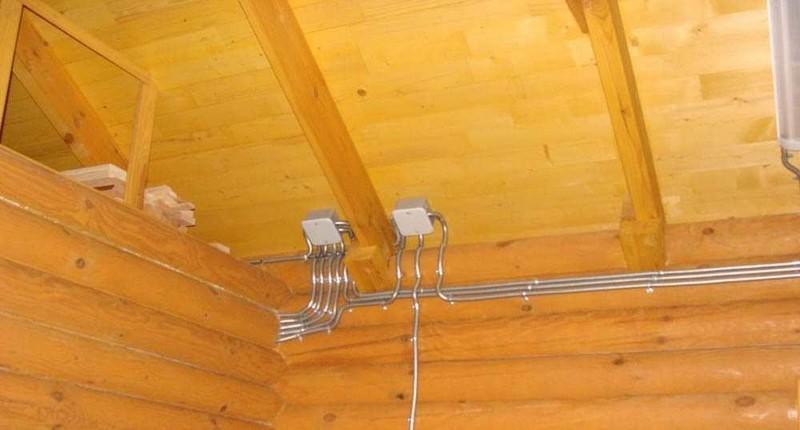 Как сделать проводку в деревянном доме?