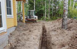 Для работ используются два типа тракторов. Этот - мини. Для аккуратной копки траншей между деревьев и вплотную к строениям.