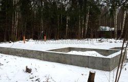 Три фундамента закончены! С погодой очень повезло! :) Теперь наоборот, мороза нам на сборку домокомплектов. Градусов 5-10 минус - меньше не надо :)
