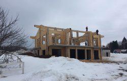 Дом сложный с точки зрения конструктива, сопряжение разных материалов, большие пролеты...