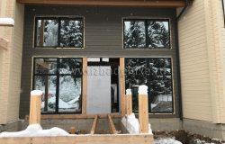 В снешней стороны дома.