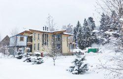 Вот такой дом в снегу...