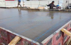 В любом случае бетон разгоняется вручную, сама тяжелая стадия заливки.