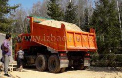 Песок на обратную засыпку. В процессе доставки и последующей тромбовки песчаного основания утрамбовывается до 30 процентов первоначального объема.
