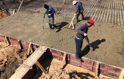 Первый бетон. Виброусадка бетона выполняется вручную.